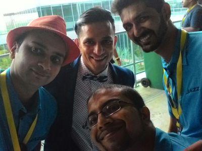 Mumbai bloogers taking selfie with VJ Yudi